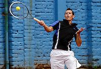 MANIZALES-COLOMBIA. 11-11-2014. Alexander perez alista su raqueta para responder a Hernan Ariza a quien derrotó  6/4 6/1 en primera ronda del Torneo Copa Caldas, durante El Torneo Internacional de Tenis Copa Caldas, que entrega 15 mil dólares al ganador y puntos en la ATP. El torneo es del 8 al 15 de noviembre en Manizales./  Alexander Perez of Colombia enlist his racket to answer the ball to Hernan Ariza  to who defeated 6/4 6/1 at first round of the Copa Caldas tournament. The event gives U$ 15.000 to the winner and point ATP and will be held between 8 to 15 of November 2014 in Manizales city. Photo: VizzorImage/Santiago Osorio/STR