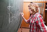Anders als ans staatlichen Schulen findet der Unterricht hier auf Belarussisch statt. Nichtstaatliche Schule in Belarus in der Nähe von Minsk, deren Schüler und Lehrer lange Wege und Überwachung in Kauf nehmen. / Lessons are held in Belarussian. Privat school in Belarus near Minsk.