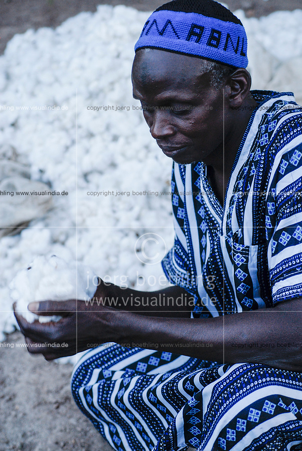 MALI Bougouni, fair trade and organic cotton project,, farmer in traditional Boubou clothes / MALI, Bougouni, fairtrade Biobaumwolle Projekt - Salif Mékené Bagayoko, Biofarmer und Praesident der Kooperative des Dorf Faragouaran
