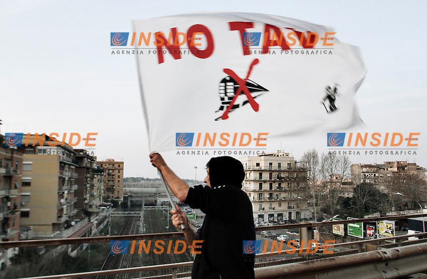 I manifestanti occupano la Tangenziale e l'imbocco dell'Autostrada A1 all'altezza di Tiburtina, un manifestante sventola la bandiera simbolo dei NO TAV..Roma 03/03/2012 Protesta del movimento NO TAV a Roma in sostegno dei manifestanti in Val di Susa ..Foto Insidefoto Serena Cremaschi