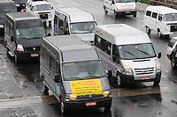 SAO PAULO, SP, 18 Janeiro 2012. Motoristas de vans de várias regiões da Grande São Paulo realizam uma carreata na tarde de hoje (18) até o Palácio dos Bandeirantes, em São Paulo, em protesto para reivindicar registros de trabalho junto à ARTESP (Agencia de transporte do estado de São Paulo, nesta quarta-feira (18). (FOTO: ADRIANO LIMA - NEWS FREE)