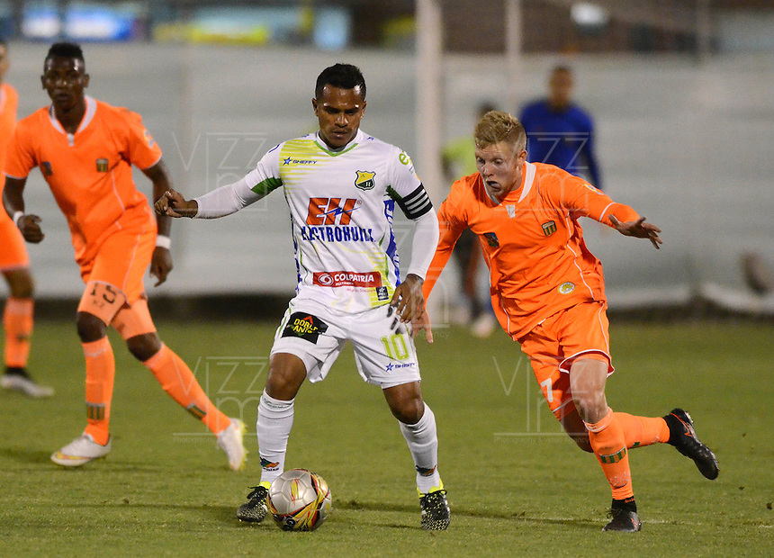 ENVIGADO- COLOMBIA -13-09-2015: George Sanders (Der.) jugador de Envigado FC disputa el balón con David Ferreira (Izq.) jugador de Atletico Huila, durante  partido Envigado FC y Atletico Huila por la fecha 12 de la Liga Aguila II 2015, en el estadio Polideportivo Sur de la ciudad de Envigado. /  George Sanders (R) player of Envigado FC, fights for the ball with David Ferreira (L) player of Atletico Huila, during a match Envigado FC and Atletico Huila for the date 12 of the Liga Aguila II 2015at the Polideportivo Sur stadium in Envigado city. Photo: VizzorImage / Leon Monsalve / Cont.