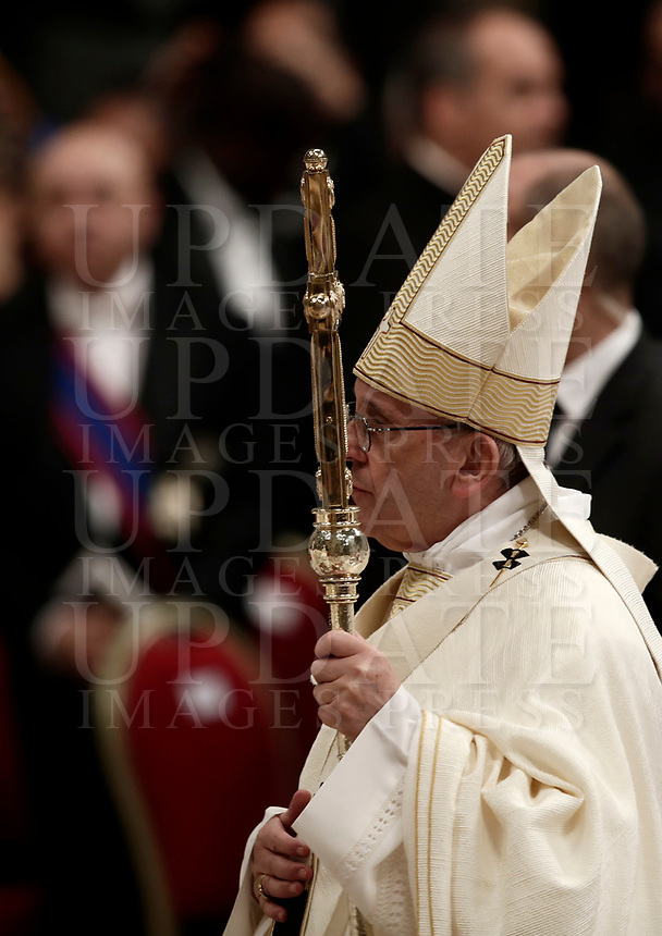 Papa Francesco lascia la Basilica di San Pietro dopo aver celebrato la solennita' di San Giuseppe e l'Ordinazione Episcopale. Citt‡ del Vatican, 19 marzo 2018.<br /> Pope Francis leaves after leading the Episcopal Ordination in Saint Peter's Basilica at the Vatican on March 19, 2018. UPDATE IMAGES PRESS/Isabella Bonotto<br /> <br /> STRICTLY ONLY FOR EDITORIAL USE