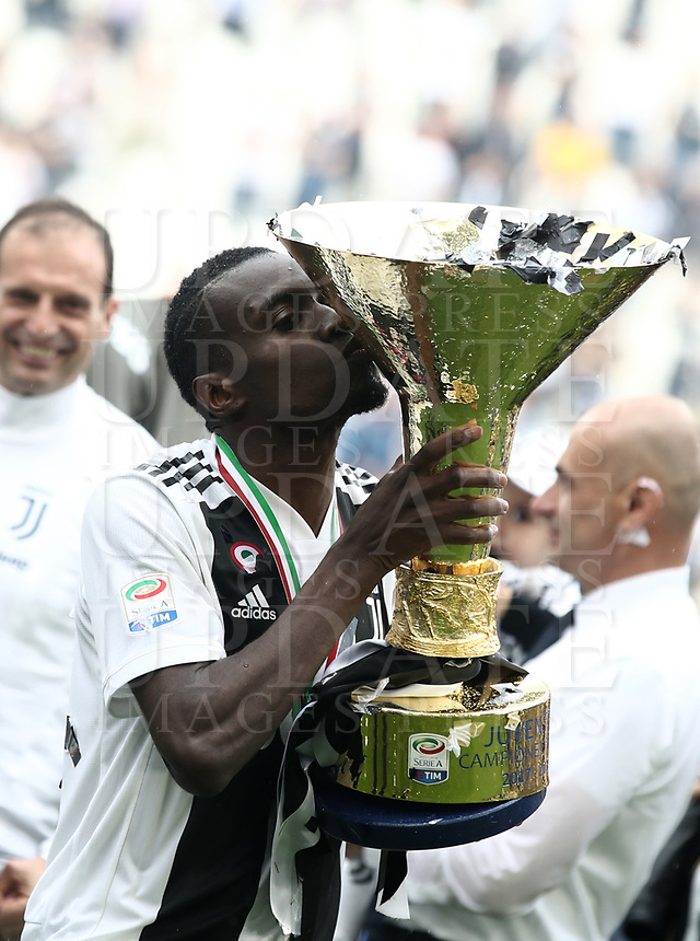Calcio, Serie A: Juventus - Hellas Verona, Torino, Allianz Stadium, 19 maggio, 2018.<br /> Juventus' Blaise Matuidi kisses the trophy during the victory league ceremony at Torino's Allianz stadium, 19 May, 2018.<br /> Juventus won their 34th Serie A title (scudetto) and seventh in succession.<br /> UPDATE IMAGES PRESS/Isabella Bonotto