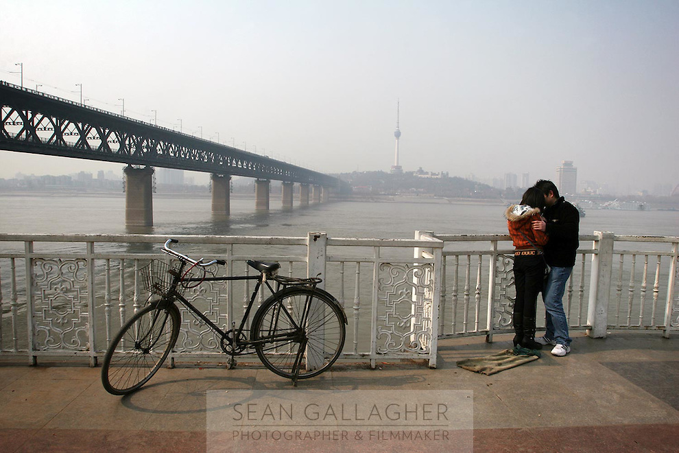 A couple next to the Wuhan Yangtze River Bridge.<br />