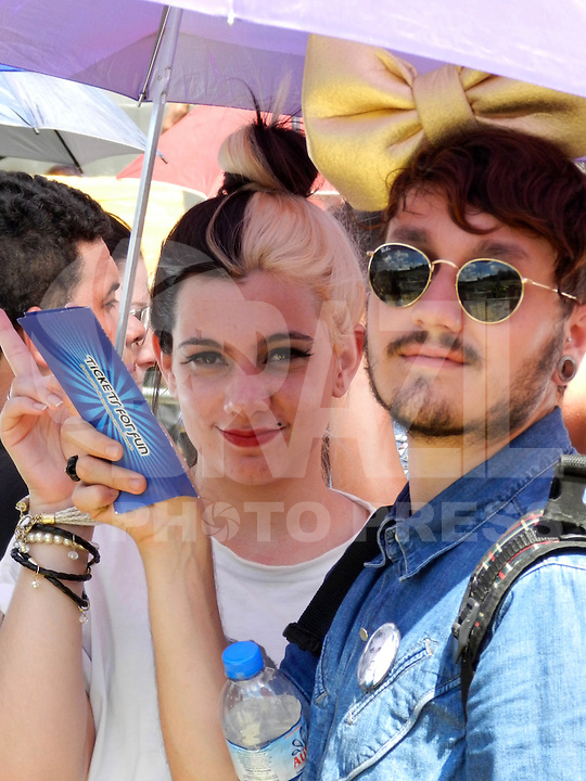 ATENÇÃO EDITOR: FOTO EMBARGADA PARA VEÍCULOS INTERNACIONAIS. – SÃO PAULO - SP –  11 DE NOVEMBRO 2012. SHOW LADY GAGA – MOVIMENTAÇÃO no Estádio do Morumbi (SP), antes do show. FOTO: MAURICIO CAMARGO / BRAZIL PHOTO PRESS.