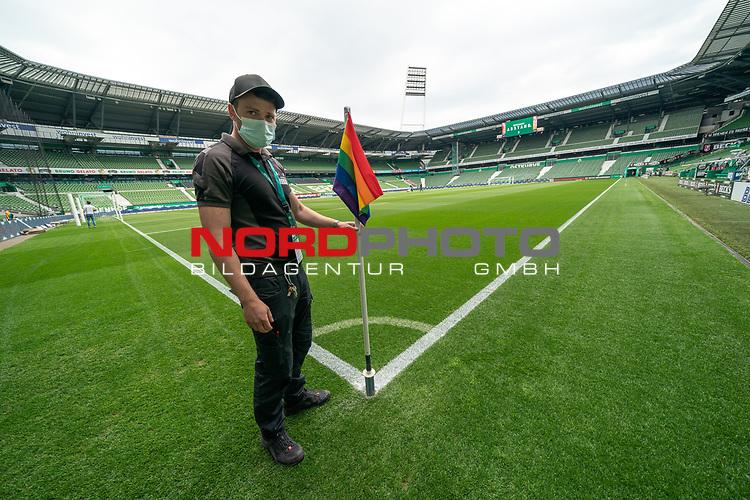 Mitarbeiter stellt die Eckfahne auf mit CORONA Gesichtsmaske RE-Start Fussball Bundesliga<br /> <br /> Sport: Fussball: 1. Bundesliga: Saison 19/20: <br /> 26. Spieltag: SV Werder Bremen vs Bayer 04 Leverkusen, 18.05.2020<br /> <br /> Foto ©  gumzmedia / Nordphoto / Andreas Gumz / POOL <br /> <br /> Nur für journalistische Zwecke! Only for editorial use!<br />  DFL regulations prohibit any use of photographs as image sequences and/or quasi-video.