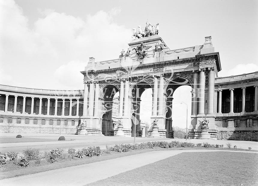1966.   De triomfboog van het Jubelpark in Brussel.