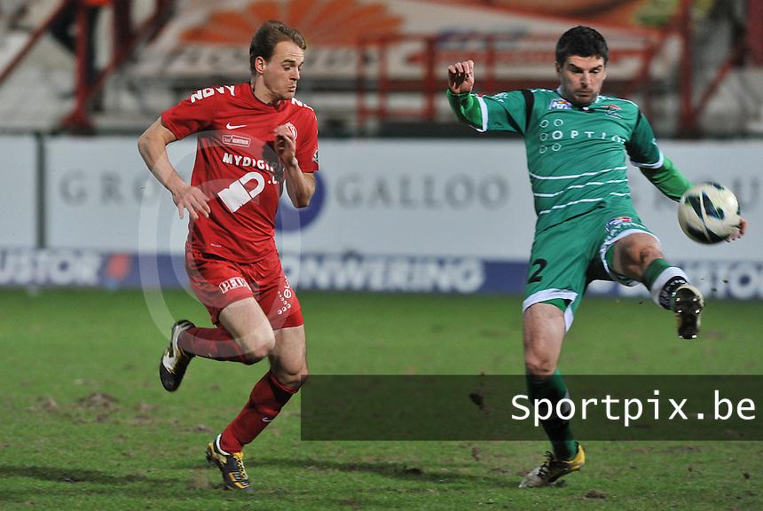 KV Kortrijk - OH Leuven : Tomislav Mikulic aan de bal voor Brecht Capon (links).foto VDB / BART VANDENBROUCKE