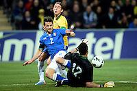 GENEBRA, SUICA, 21 DE MARCO DE 2013 - Christian Maggio da Italia e Julio Cezar goleiro do Brasil durante partida amistosa entre Italia e Brasil, disputada em Genebra, na Suíça, nesta quinta-feira, 21. O jogo terminou 2 a 2. FOTO: PIXATHLON / BRAZIL PHOTO PRESS