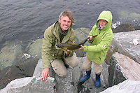 Vater und Sohn mit geangeltem Dorsch, Kabeljau, Angeln, Gadus morhua, Felsküste Norwegen, Atlantik, Atlantic cod, Outdoor