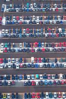 4415/Parkplatz: EUROPA, DEUTSCHLAND, SCHLESWIG-HOLSTEIN 17.12.2005: Kundenparkplatz des Moebeldiscounter Moebel Hoeffner in Barsbuettel, Parkplatz, Parkraum, Mobiltitaet, Auto, Muster, Symetrisch, geordnet, in Reihe und Glied, aufgereiht