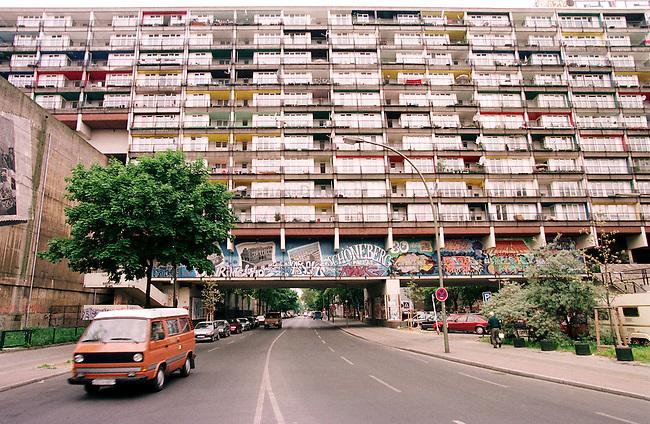 Sozialer Wohnungsbau in Berlin Kreuzberg.<br /> Hier: Der sogenannte Sozialpalast in Berlin Schoeneberg. Die Berliner CDU wollte den Wohnblock Ende der neunziger Jahre sprengen lassen, da es sich ihrer Ansicht nach, um einen sozialen Brennpunkt handelte.<br /> Mehr als 70.000 Sozialwohnungen, sowie staedtische Wohnungsbaugesellschaften wurden in der Regierungszeit von SPD-Linkspartei an US-Hedgefonds verkauft.<br /> 15.5.1998, Berlin<br /> Copyright: Christian-Ditsch.de<br /> [Inhaltsveraendernde Manipulation des Fotos nur nach ausdruecklicher Genehmigung des Fotografen. Vereinbarungen ueber Abtretung von Persoenlichkeitsrechten/Model Release der abgebildeten Person/Personen liegen nicht vor. NO MODEL RELEASE! Nur fuer Redaktionelle Zwecke. Don't publish without copyright Christian-Ditsch.de, Veroeffentlichung nur mit Fotografennennung, sowie gegen Honorar, MwSt. und Beleg. Konto: I N G - D i B a, IBAN DE58500105175400192269, BIC INGDDEFFXXX, Kontakt: post@christian-ditsch.de<br /> Bei der Bearbeitung der Dateiinformationen darf die Urheberkennzeichnung in den EXIF- und  IPTC-Daten nicht entfernt werden, diese sind in digitalen Medien nach &sect;95c UrhG rechtlich geschuetzt. Der Urhebervermerk wird gemaess &sect;13 UrhG verlangt.]