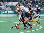 AMSTELVEEN - Maria Verschoor (Adam) met Rosa Fernig (DenBosch)  tijdens de hoofdklasse hockeywedstrijd dames,  Amsterdam-Den Bosch (1-1).    COPYRIGHT KOEN SUYK
