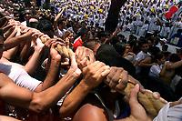 Promesseiros levantam a corda em homenagem a Nossa Senhora de Nazaré. O Círio ocorre a mais de 200 anos em Belém e as estimativas são de que mais de 1.500.000 pessoas acompanhem a procissão.<br />Belém-Pará-Brasil<br />12/10/2003<br />©Foto: Paulo Santos/Interfoto<br />Digital