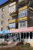 Wohnblock in Karakol, Kirgistan, Asien<br /> nlock of flats in Karakol, Kirgistan, Asia
