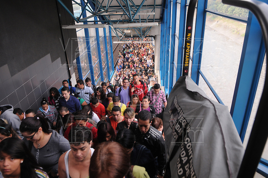 MEDELLIN - COLOMBIA - 14-03-2014: Miles de pasajeros se aglomeran en la estación El Poblado del metro de Medellin, donde se presenta una nueva emergencia en el Metro de Medellin, en el cauce del Rio Medellin, cuando hubo un deslizamiento en la margen occidental del río Medellín entre las estaciones Ayurá y Envigado del metro, frente a Homecenter, en la jurisdicción de Itagüí. Debido al riesgo que presenta la línea A solo funciona entre las estaciones de Niquia y El Poblado, que afecta cerca de 100.000 pasajeros diarios, durante los 15 dias que durara la reparación de la via. / Thousands of passengers crowd into the subway station El Poblado Medellin, where a new emergency arises in the Metro de Medellin, in the  Rio Medellin presented in Medellin Metro, when there was a landslide on the west bank of the river between Medellin and Envigado Ayurá metro stations, facing Homecenter in Itagüi jurisdiction. Due to the risk presented by the line A only works between stations Niquia and El Poblado, affecting about 100,000 passengers a day, during the 15 days that lasted repair pathway. Photo: VizzorImage / Luis Rios / Str.