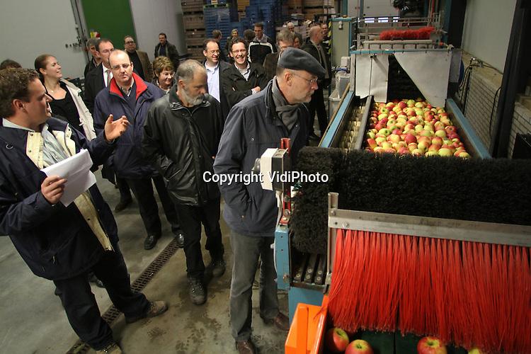 Foto: VidiPhoto..METEREN - Gemeenteraadsleden van Geldermalsen krijgen samen met bestuursleden van LTO een rondleiding op het fruitteeltbedrijf van de familie Velthoven in Meteren..