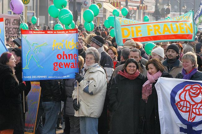 Demonstration gegen Gewalt an Frauen<br /> Samstag den 5. Maerz 2005 demonstrierten ca. 2000 Menschen unter dem Motto: &quot;NEIN zu Gewalt an Frauen&quot; durch die Stadtteile Neukoelln und Kreuzberg. Anlass fuer die Demonstration war der Internmationale Frauentag am 8. Maerz und die als Ehrenmord bezeichnete Ermordung einer jungen Frau aus der Tuerkei am 7. Februar 2005.<br /> Aufgerufen zu dieser Demonstration hatten die internationale Frauenorganisation &quot;terres des femmes&quot; (im Bild) und zahlreichen anderen politischen Frauenorganisationen.<br /> 5.3.2005, Berlin<br /> Copyright: Christian-Ditsch.de<br /> [Inhaltsveraendernde Manipulation des Fotos nur nach ausdruecklicher Genehmigung des Fotografen. Vereinbarungen ueber Abtretung von Persoenlichkeitsrechten/Model Release der abgebildeten Person/Personen liegen nicht vor. NO MODEL RELEASE! Nur fuer Redaktionelle Zwecke. Don't publish without copyright Christian-Ditsch.de, Veroeffentlichung nur mit Fotografennennung, sowie gegen Honorar, MwSt. und Beleg. Konto: I N G - D i B a, IBAN DE58500105175400192269, BIC INGDDEFFXXX, Kontakt: post@christian-ditsch.de<br /> Bei der Bearbeitung der Dateiinformationen darf die Urheberkennzeichnung in den EXIF- und  IPTC-Daten nicht entfernt werden, diese sind in digitalen Medien nach &sect;95c UrhG rechtlich geschuetzt. Der Urhebervermerk wird gemaess &sect;13 UrhG verlangt.]