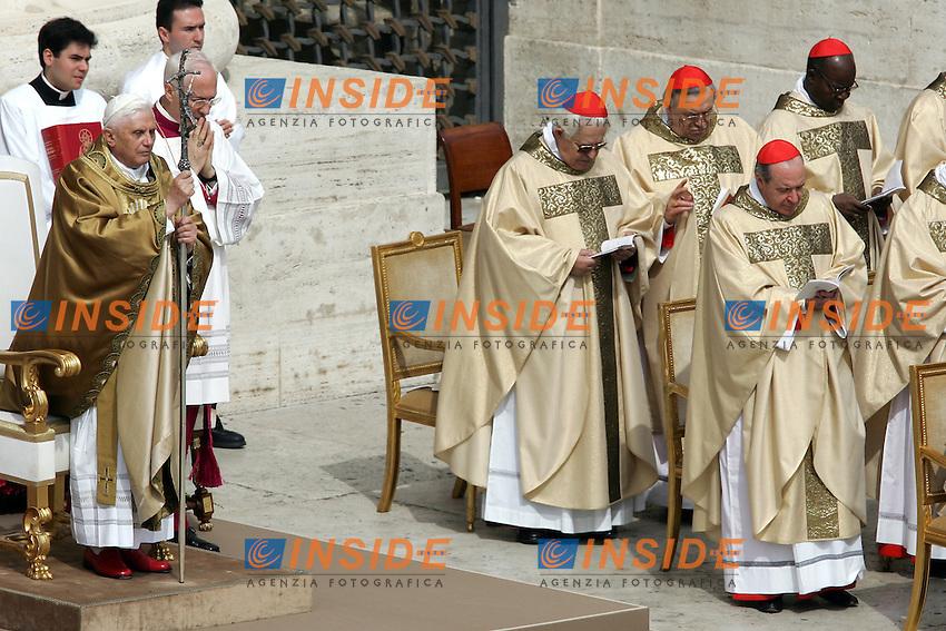 24/4/2005..Pope Benedict XVI celebrates mass in St Peter's Square at the Vatican, Sunday, April 24, 2005..Papa Benedetto XVI celebra la prima messa del suo Pointificato in Piazza San Pietro ..Photo Andrea Staccioli Insidefoto