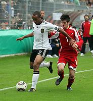 Christopher Avevor (D, Hannover 96) setzt sich durch