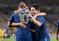 FUSSBALL  EUROPAMEISTERSCHAFT 2012   VORRUNDE Ukraine - Frankreich               15.06.2012 Torjubel: Karim Benzema (li) und Samir Nasri (re, beide Frankreich)