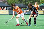 BLOEMENDAAL   - Hockey - Manu Stockbroekx (Bldaal) met Boris Burkhardt (A'dam)  . 3e en beslissende  wedstrijd halve finale Play Offs heren. Bloemendaal-Amsterdam (0-3). Amsterdam plaats zich voor de finale.  COPYRIGHT KOEN SUYK