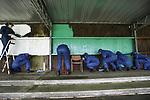 Foto: VidiPhoto<br /> <br /> WAGENINGEN – Bijna honderd Marechaussees in opleiding staken vrijdag de handen uit de mouwen om het voetbalmonument (1899) stadion de Wageningse Berg op te knappen. Dat gebeurde in het kader van de jaarlijkse vrijwilligersactie van het Oranje Fonds, Nldoet. Zo worden paden en tegels blad- en mosvrij gemaakt en kreeg de achterwand van de historische tribune een schuurbeurt en vervolgens een nieuwe verflaag. Het grasveld van het verlaten stadion wordt nog steeds in topconditie gehouden en ondermeer gebruikt voor oefenwedstrijden van de Oranje leeuwinnen. Het stadion is inmiddels eigendom van de Nationale Maatschappij tot Behoud, Ontwikkeling en Exploitatie van Industrieel Erfgoed (Boei). Het is de bedoeling dat rond de grasmat een modern en multifunctioneel complex verreist op het gebied van voeding, beweging en gezondheid. Tussen de bedrijven door mochten de militaire politie-agenten in opleiding ook nog een balletje trappen op het voetbalveld.