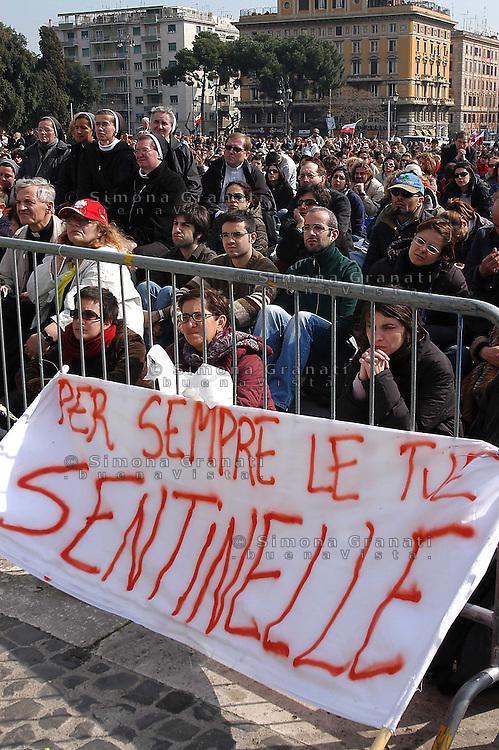 ROMA, 8 APRILE 2005.PIAZZA SAN GIOVANNI.FEDELI RADUNATI PER SEGUIRE I FUNERALI DI PAPA GIOVANNI PAOLO II.FOTO SIMONA GRANATI
