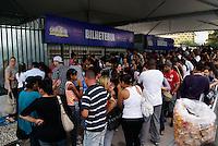 SAO PAULO, SP 17 DE DEZEMBRO DE 2011 - VENDA DE INGRESSO PARA O CARNAVAL 2012 - Pessoas aguardam para comprar os ingressos para o o carnaval 2012 nesta tarde de terca-feira, no Anhembi, zona norte da cidade. FOTO DEBBY OLIVEIRA - NEWS FREE