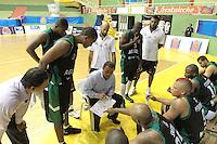 BUCARAMANGA - COLOMBIA - 14 - 05 - 2013: V Suarez (Cent.) tecnico de Aguilas de Tunja, da instrucciones a los jugadores, mayo 14 de 2013. Bucaros de Bucaramanga y Aguilas de Tunja en partido de la fecha 16 de la fase II de la Liga Directv Profesional de baloncesto en partido jugado en el Coliseo Vicente Romero Diaz. (Foto: VizzorImage / Jaime Moreno / Str). V Suarez (C) coach of Aguilas From Tunja, gives instructions to the players, Mayo 14, 2013. Bucaros from Bucaramanga and de Aguilas from Tunja in the match 16 of the phase II of the Directv Professional League basketball, game at the Coliseum Vicente Romero Diaz. (Photo: VizzorImage / Jaime Moreno / Str)..