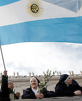 SUore in Piazza San Pietro per la la messa per la Domenica delle Palme celebrata dal Papa, Citta' del Vaticano, 24 marzo 2013..A nun waves an Argentine flag in St. Peter's square in occasion of  the Palm Sunday Mass celebrated by the Pope, at the Vatican, 24 March 2013..UPDATE IMAGES PRESS/Riccardo De Luca..STRICTLY ONLY FOR EDITORIAL USE