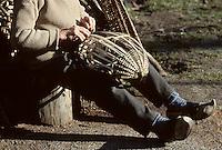 Europe/France/Midi-Pyrénées/09/Ariège/Pays de Foix/Serres-sur-Arget : Séverin Subra paysan vannier à Cautirols<br /> PHOTO D'ARCHIVES // ARCHIVAL IMAGES<br /> FRANCE 1980