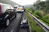 SAO PAULO, SP, 06 DEZEMBRO 2012 - ACIDENTE AUTO X AUTO - Acidente na Rodovia dos Bandeirantes km 46 sentido Sao Paulo envolvendo dois carro com uma vitima em obito no local o Condutor do Porsche se encontra embriagado feito o teste pela policia militar rodoviaria deu 0,58% de teor alcoolico.   FOTO: ADRIANO LIMA / BRAZIL PHOTO PRESS)
