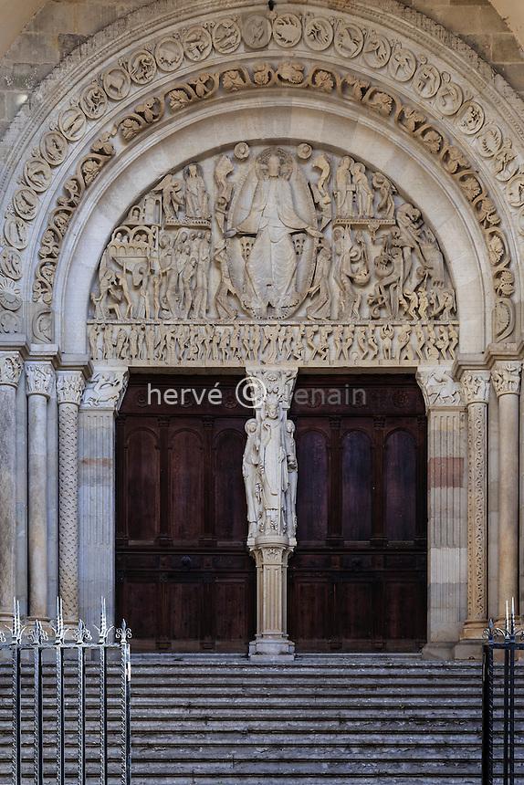 France, Saône-et-Loire (71), Autun, la cathédrale Saint-Lazare d'Autun, portail et le tympan du Jugement dernier // France, Saone et Loire, Autun, Saint Lazare Cathedral, portal and the tympanum of the Last Judgment
