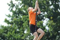 FIERLJEPPEN: BURGUM: 04-07-2015, Tweekamp, Holland wint van de Friezen met een verschil van 2 meter en 9 centimeter, ©foto Martin de Jong