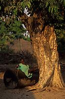 Afrique/Afrique de l'Ouest/Sénégal/Parc National de Basse-Casamance/Kabrousse : Enfant assis sur un bombolong