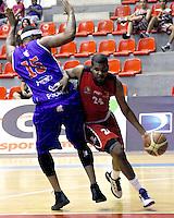CÚCUTA -COLOMBIA-01-11-2013. Jesús Centeno (D) de Halcones de Cúcuta disputa el balón con Calvin Warner (I) de Guerreros de Bogotá durante partido válido por la fecha 35 de la Liga DirecTV de Baloncesto 2013-II de Colombia realizado en el coliseo Toto Hernández de la ciudad de Cúcuta./ Halcones de Cucuta player Jesus Centeno (R) fights for the ball with Guerreros de Bogota player Calvin Warner (L)  during match valid for the 35th date of DirecTV Basketball League 2013-II in Colombia played at Toto Hernandez coliseum in Cucuta city.  Photo: VizzorImage/ Manuel Hernandez/STR