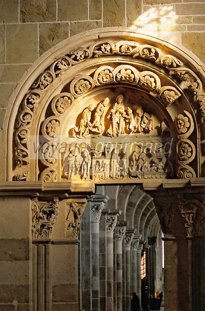 Europe/France/89/Yonne/Vèzelay: Basilique Sainte Marie Madeleine détail du tympan du portail latéral droit du Narthex