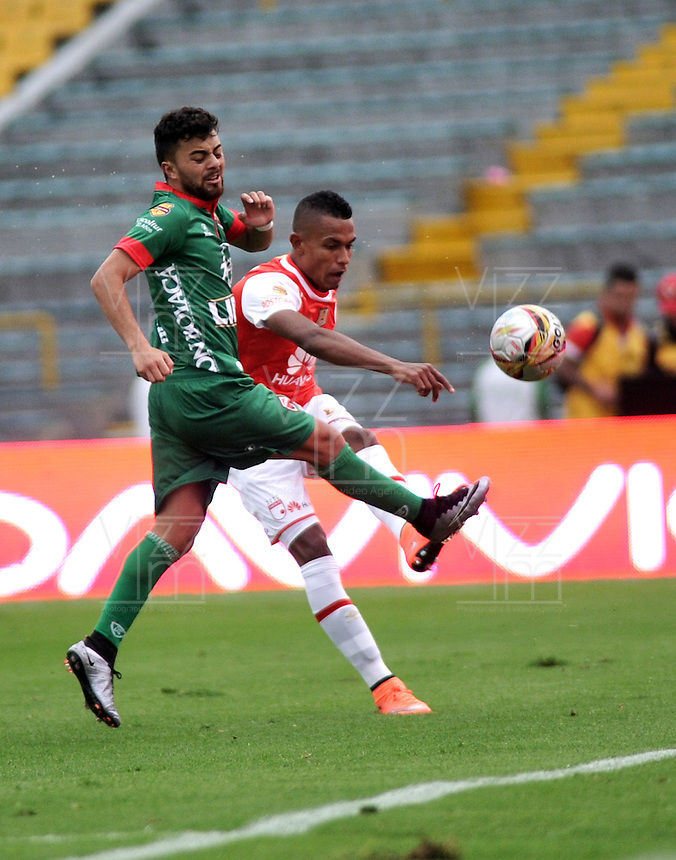 BOGOTA - COLOMBIA - 02-04-2016: Yeison Gordillo (Der.) jugador de Independiente Santa Fe disputa el balón con Juan Villota (Izq.) jugador de Patriotas FC, durante partido por la fecha 11 entre Independiente Santa Fe y Patriotas FC,  de la Liga Aguila I-2016, en el estadio Nemesio Camacho El Campin de la ciudad de Bogota.  / Yeison Gordillo (R) player of Independiente Santa Fe struggles for the ball with con Juan Villota (l) player of Patriotas FC, during a match of the date 11 between Independiente Santa Fe and Patriotas FC, for the Liga Aguila I -2016 at the Nemesio Camacho El Campin Stadium in Bogota city, Photo: VizzorImage / Luis Ramirez / Staff.