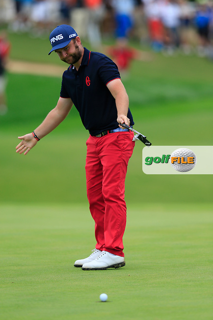Andy SULLIVAN (ENG) sinks his birdie putt to win the tournament by 9 shots with a score of -23 at the end of Sunday's Final Round of the Portugal Masters 2015 held at the Oceanico Victoria Golf Course, Vilamoura Algarve, Portugal. 15-18th October 2015.<br /> Picture: Eoin Clarke | Golffile<br /> <br /> <br /> <br /> All photos usage must carry mandatory copyright credit (&copy; Golffile | Eoin Clarke)