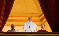 Il nuovo Papa Francesco osserva la folla di fedeli dalla Loggia centrale della Basilica di San Pietro, Citta' del Vaticano, 13 marzo 2013. Il Cardinale argentino Jorge Mario Bergoglio, che ha scelto il nome di Papa Francesco, e' il 266esimo Pontefice della Chiesa Cattolica Romana eletto dai 115 cardinali del Conclave.<br /> Newly elected Pope Francis looks at the crowd of faithful from the central balcony of St. Peter's Basilica at the Vatican, 13 March 2013. Argentine Cardinal Jorge Mario Bergoglio, who chose the name of Pope Francis, is the 266th pontiff of the Roman Catholic Church elected by a Conclave of 115 cardinals. <br /> UPDATE IMAGES PRESS/Riccardo De Luca<br /> STRICTLY ONLY FOR EDITORIAL USE