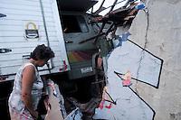SÃO PAULO, SP,10 FEVEREIRO 2012-.Um Caminhao perdeu o controle no acesso para Av.Salim farah Maluf e acabou batendo na casa de Januario Alves Pedros de 76 anos. O ajudante do caminhao ficou ferido. (FOTO: ADRIANO LIMA - NEWS FREE).