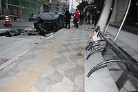 SAO PAULO, SP, 05-05-2012, ACID RUA DA CONSOLACAO.  Um veiculo perdeu a direcao, capotou e invadiu um ponto de onibus na Rua da Consolacao altura do 1750. O  acidente aconteceu na madrugada de hoje (05), um operario que trabalhava na obra do corredor de onibus foi atropelado, o motorista sendo informacoes apresentava sinais de embriaguez, ambos foram socorridos a hospitais da regiao. Luiz Guarnieri/ Brazil Photo Press.