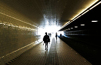 Nederland Amsterdam 2017. Voetgangers / Fietstunnel bij Centraal Station. Foto Berlinda van Dam / Hollandse Hoogte