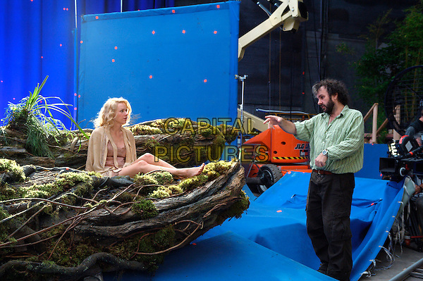 NAOMI WATTS & PETER JACKSON (DIRECTOR).on the set of King Kong.Filmstill - Editorial Use Only.CAP/AWFF.www.capitalpictures.com.sales@capitalpictures.com.Supplied By Capital Pictures.