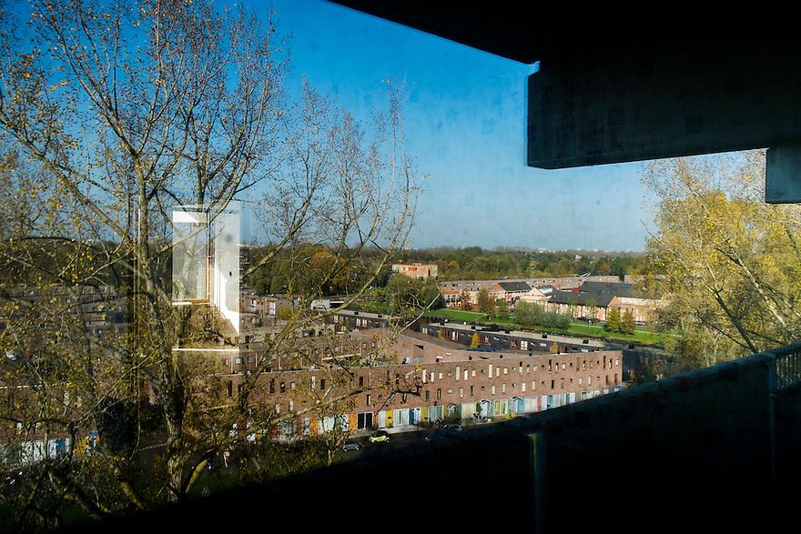 Nederland, Amsterdam, 1 nov 2014<br /> De Flat. Bijlmerflat Kleiburg wordt gerenoveerd en alle appartementen worden als casco verkocht. Kopers moeten die zelf afbouwen naar eigen smaak. <br /> Uitzicht via reflectie in de ramen.<br /> Foto: (c) Michiel Wijnbergh