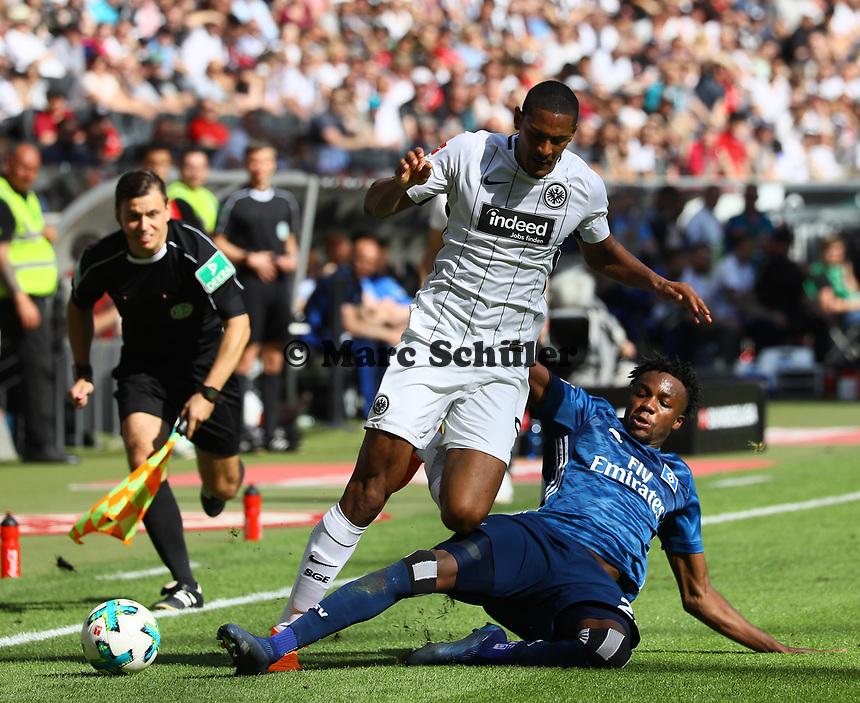 Gideon Jung (Hamburger SV) gegen Sebastien Haller (Eintracht Frankfurt) - 05.05.2018: Eintracht Frankfurt vs. Hamburger SV, Commerzbank Arena, 33. Spieltag Bundesliga
