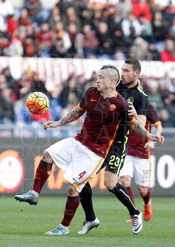 Calcio, Serie A: Roma vs Hellas Verona. Roma, stadio Olimpico, 17 gennaio 2016.<br /> Roma&rsquo;s Radja Nainggolan, left, is challenged by Hellas Verona&rsquo;s Artur Ionita during the Italian Serie A football match between Roma and Hellas Verona at Rome's Olympic stadium, 17 January 2016.<br /> UPDATE IMAGES PRESS/Isabella Bonotto