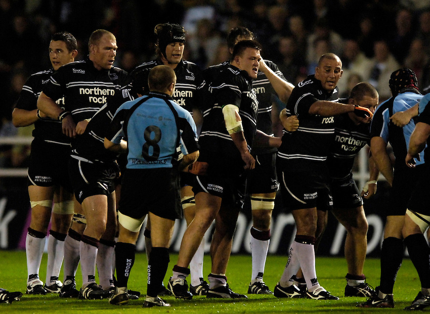 Photo: Jed Wee..Newcastle Falcons v Glasgow. Pre Season Friendly. 25/08/2006...Newcastle forwards prepare to pack down.